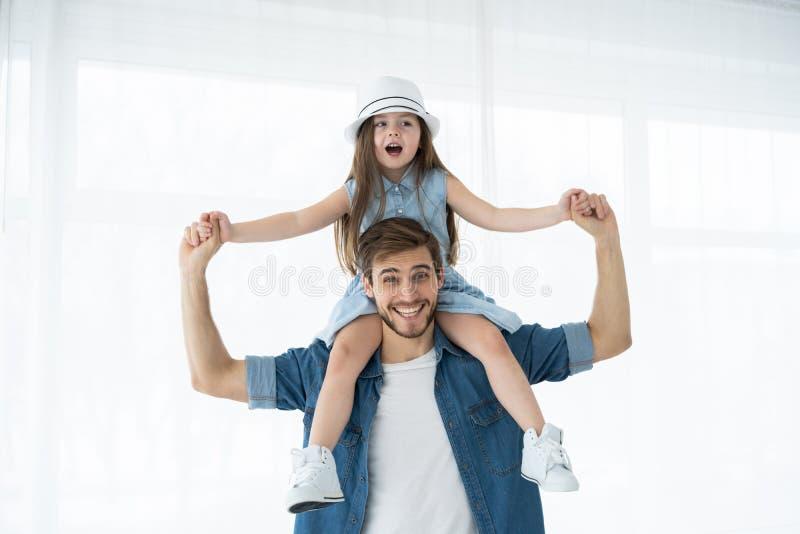 lyckligt älska för familj Avla och hans dotterbarnflicka som tillsammans spelar Begrepp för dag för fader` s arkivbild
