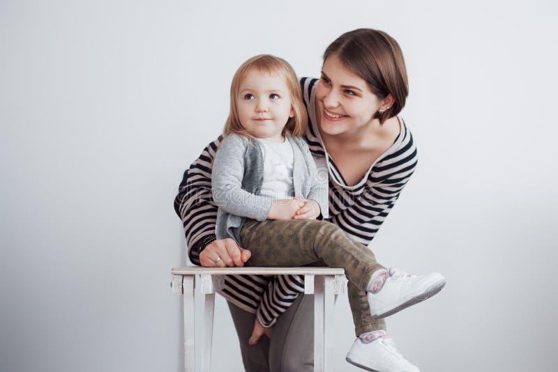 lyckligt älska för familj Fostra och hennes dotterbarnflicka som spelar och kramar royaltyfria foton