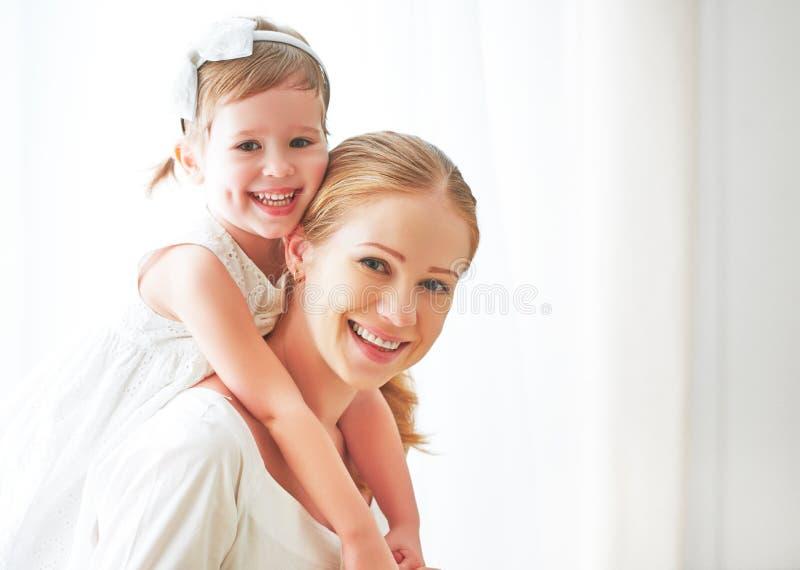 lyckligt älska för familj moder och barn som skrattar och kramar royaltyfri bild