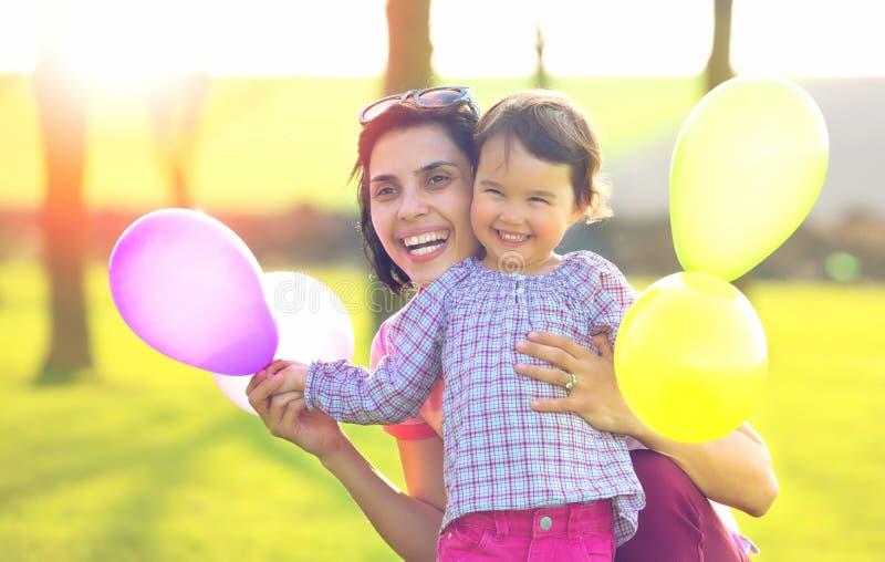 lyckligt älska för familj moder- och barnflicka som utanför spelar royaltyfria foton