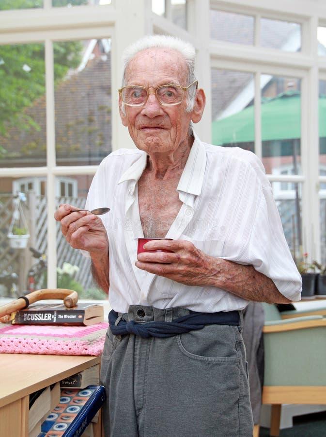 Lyckligt äta för vårdheminvånare arkivfoton