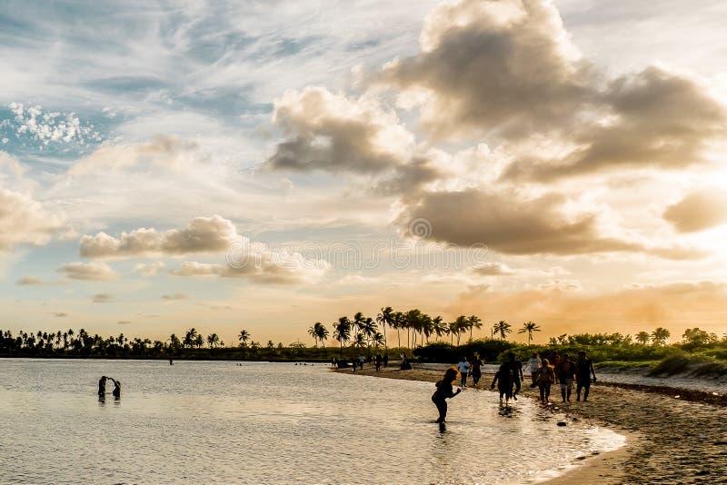 Lyckligt ögonblick i en tropisk orange solnedgång för härligt paradis på M royaltyfria bilder