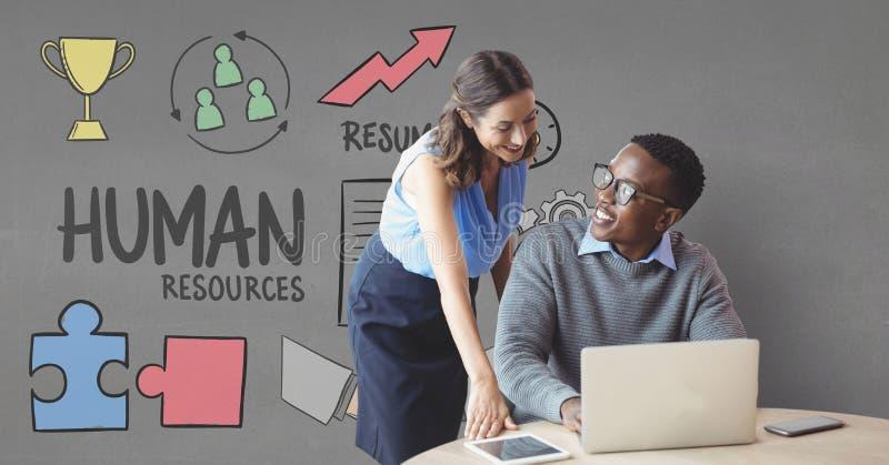 Lyckligt affärsfolk på ett skrivbord genom att använda en dator mot grå bakgrund med diagram royaltyfri bild
