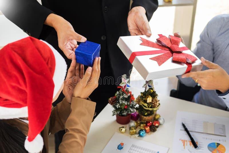 lyckligt affärsfolk som pratar, medan fira jul in av royaltyfri foto