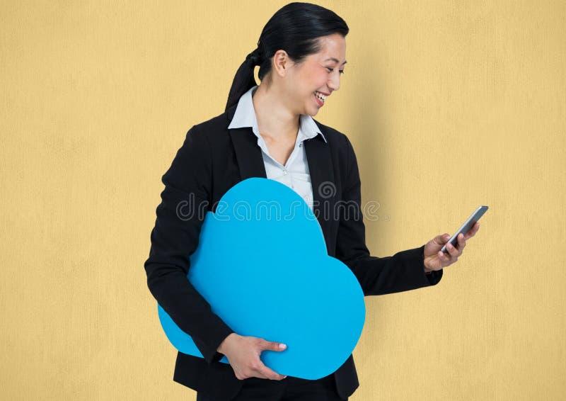 Lyckligt affärskvinnainnehavmoln, medan genom att använda den smarta telefonen arkivfoto