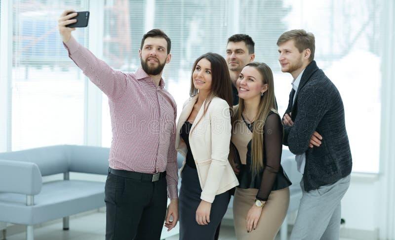 Lyckligt affärslag som tar selfie i kontoret royaltyfri bild