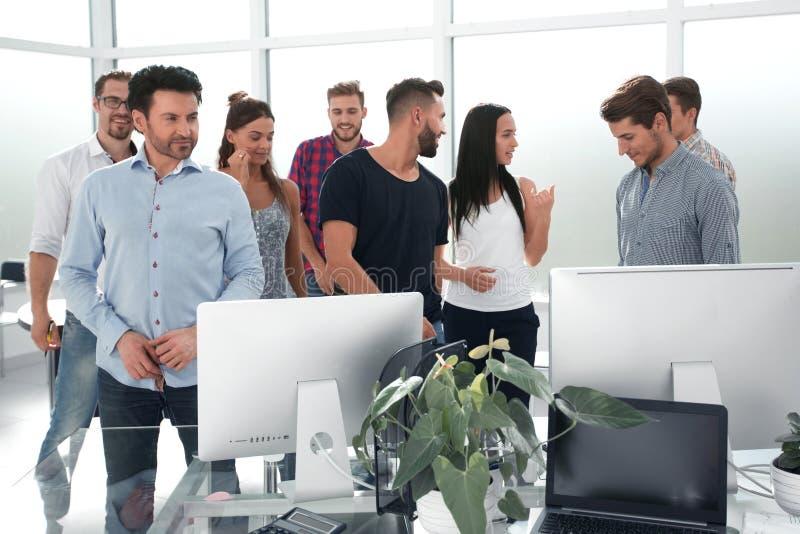 Lyckligt affärslaganseende i modernt kontor arkivfoto