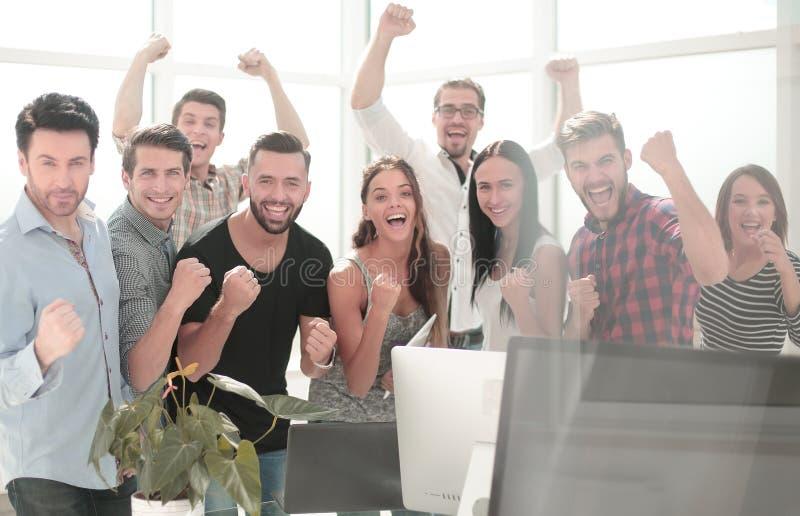Lyckligt affärslaganseende i modernt kontor royaltyfria foton