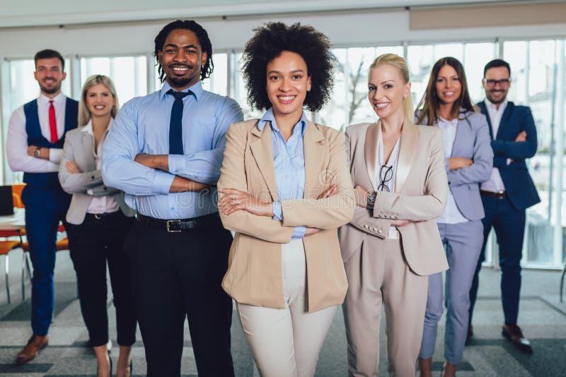 Lyckligt aff?rsfolk och f?retagspersonal i modernt kontor, representigf?retag Selektivt fokusera arkivbild