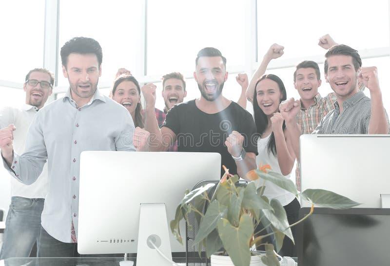 Lyckligt aff?rslaganseende i modernt kontor arkivbilder