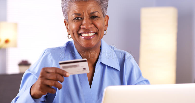 Lyckligt afrikanskt högt godkänt med den nya kreditkorten royaltyfria bilder