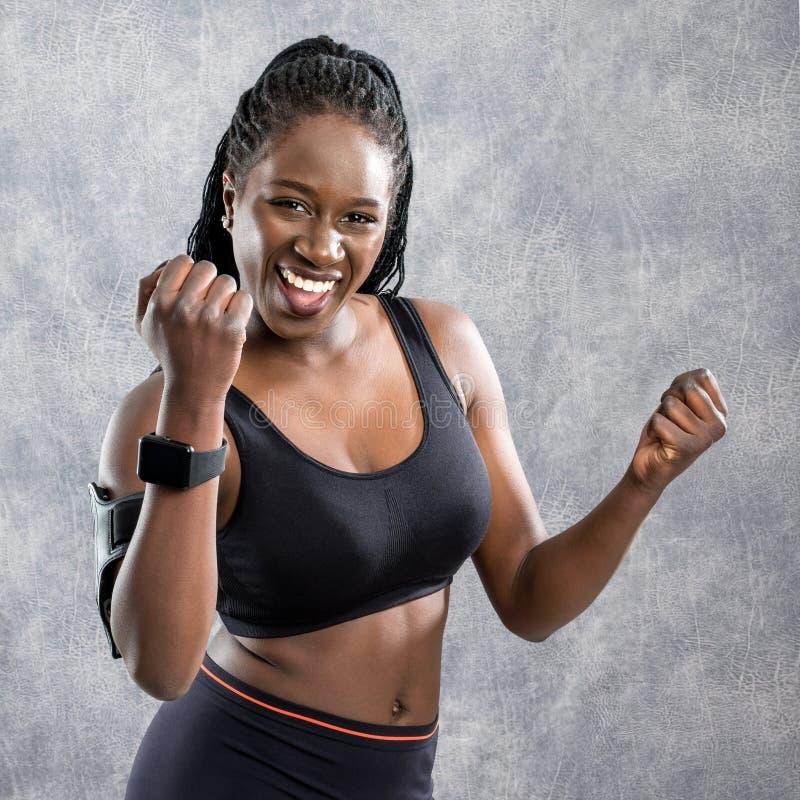 Lyckligt afrikanskt tonårigt i sportswear royaltyfri bild