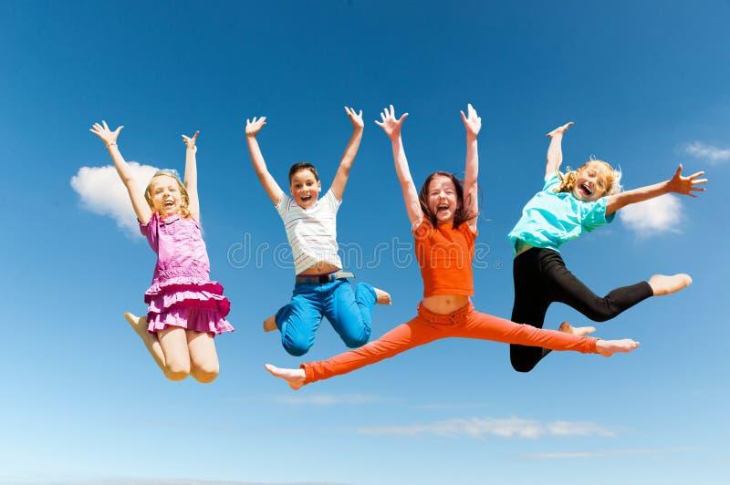 Lyckligt aktivt hoppa för barn royaltyfri bild