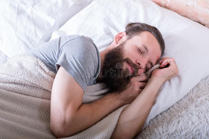 Lyckligt ansiktsuttryck för fridsam sund sömnman royaltyfri fotografi