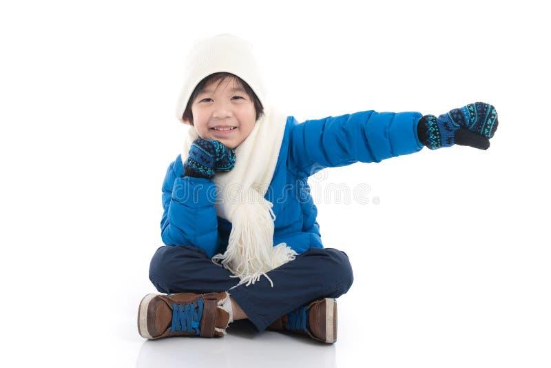 Lyckligt asiatiskt barn i vinterkläder fotografering för bildbyråer