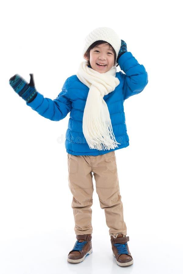 Lyckligt asiatiskt barn i vinterkläder royaltyfria bilder