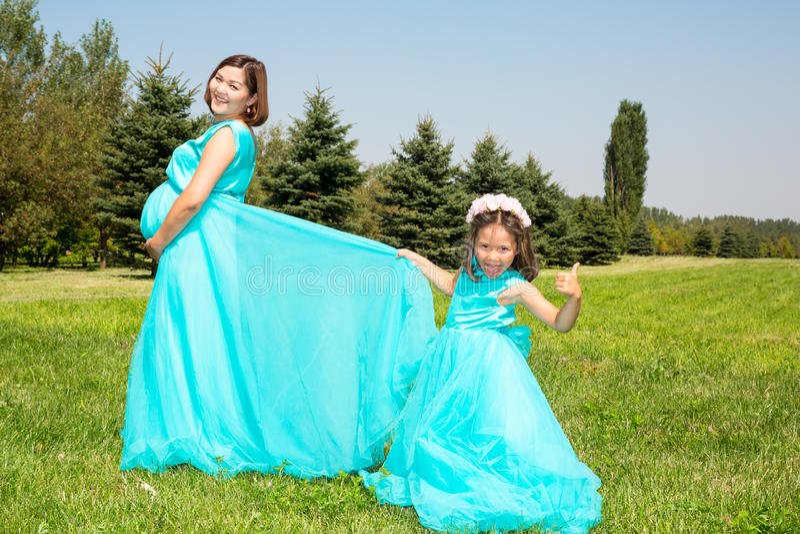 Lyckligt asiatiskt krama för mamma- och barnflicka Begreppet av barndom och familjen Den härliga modern och hon behandla som ett  royaltyfri fotografi