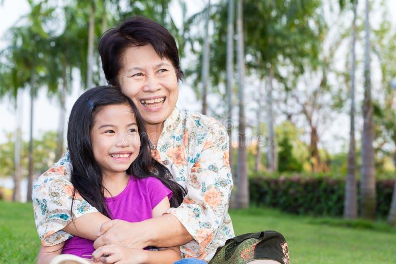 Lyckligt asiatiskt le för mormor och för barnbarn royaltyfri bild