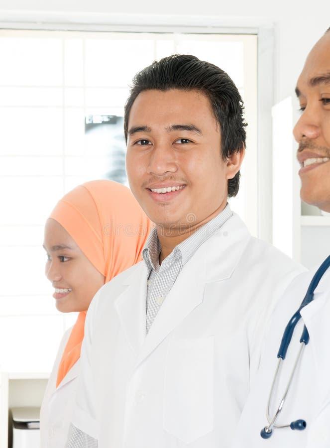 Lyckligt asiatiskt medicinskt lag royaltyfria foton