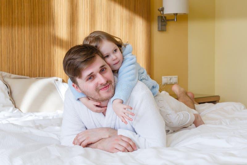 lyckligt barn för barnfamilj fotografering för bildbyråer