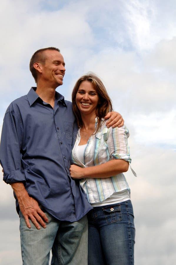 lyckligt barn för tillfälliga par royaltyfria foton