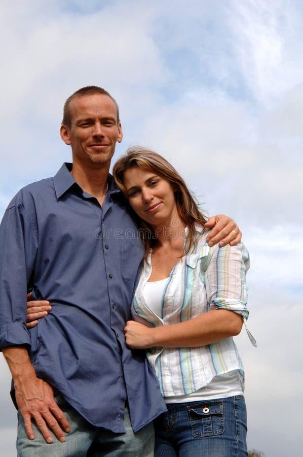 lyckligt barn för tillfälliga par royaltyfri foto
