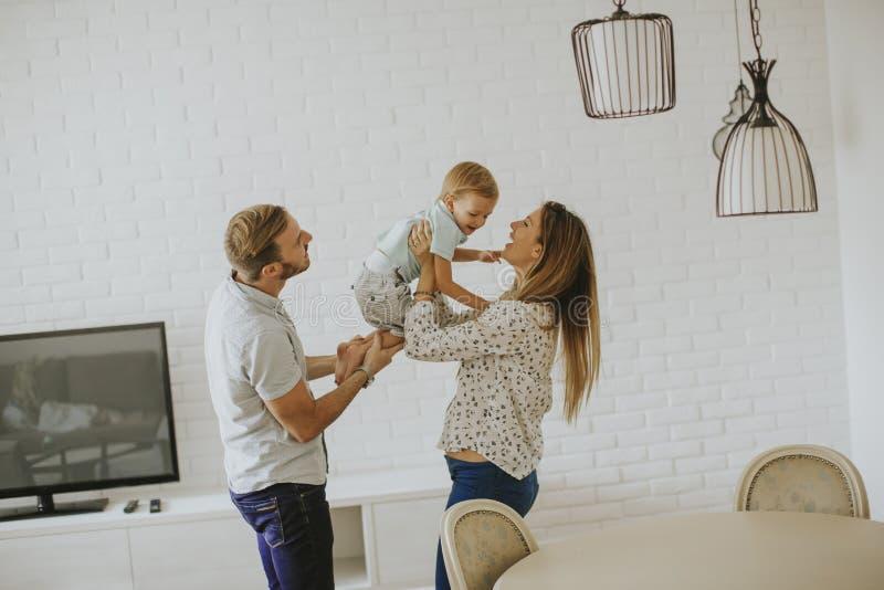 lyckligt barn f?r familj royaltyfri bild