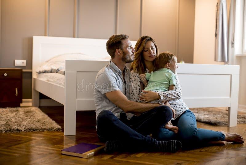 lyckligt barn f?r familj fotografering för bildbyråer