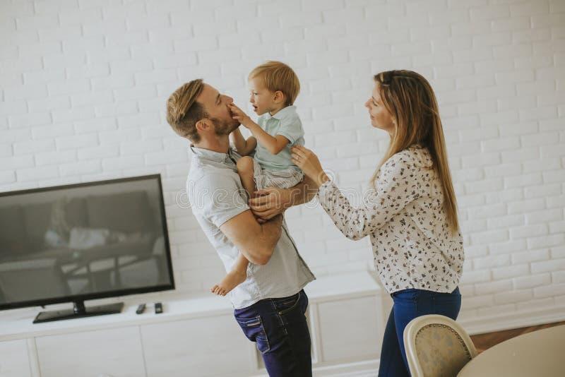 lyckligt barn f?r familj arkivfoton