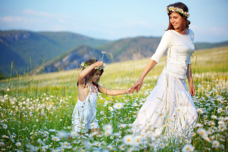 lyckligt barn henne moder royaltyfri fotografi