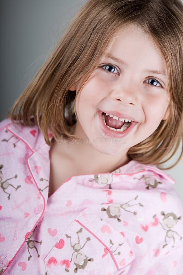 lyckligt barn henne pyjamas arkivbild