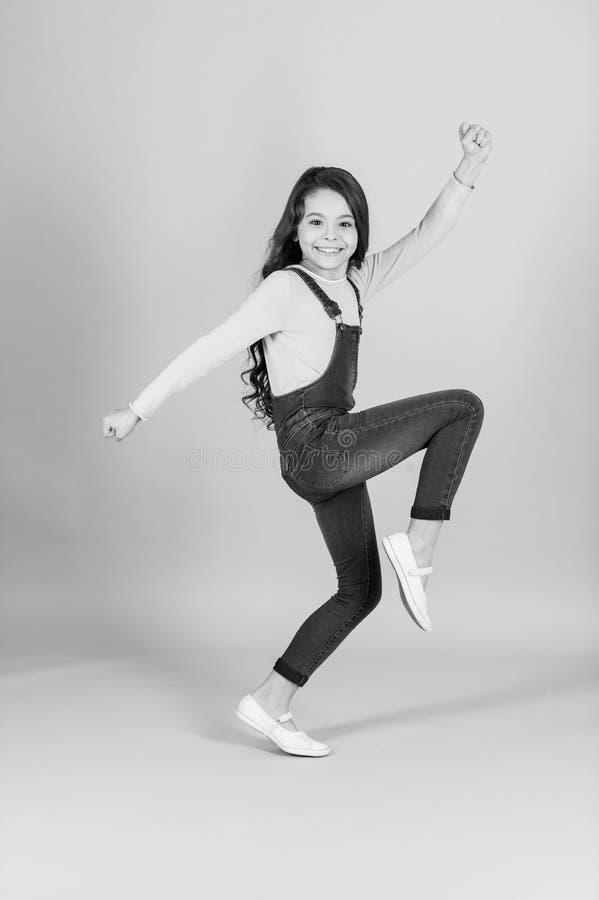 Lyckligt barn i den total- dansen för jeans, mode royaltyfri fotografi
