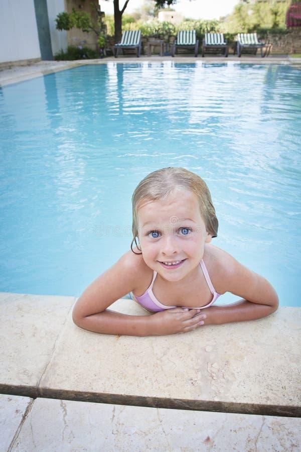 Lyckligt barn i stor simbassäng arkivbild