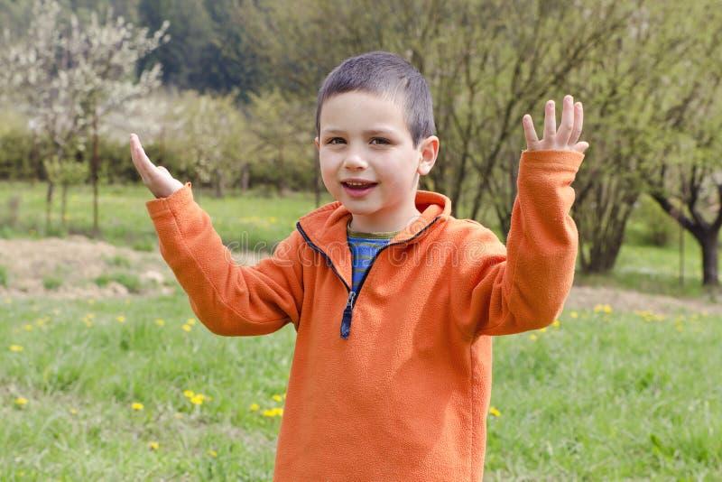 Lyckligt barn i vårträdgård fotografering för bildbyråer