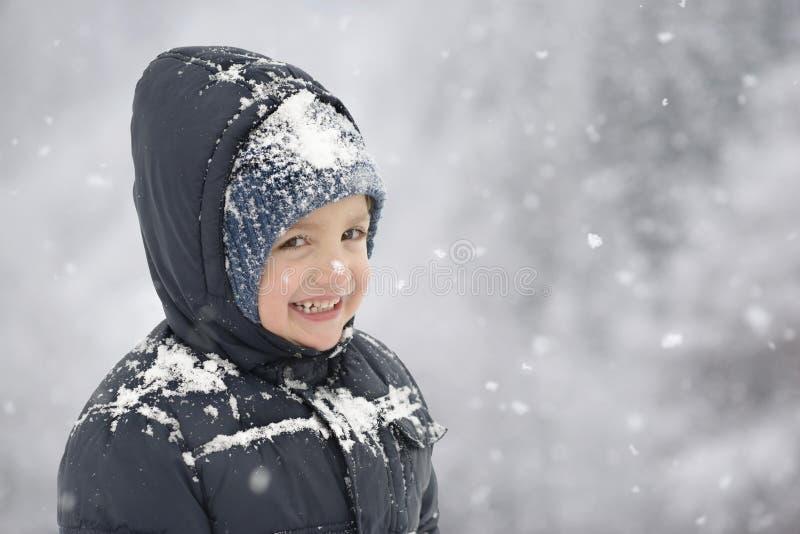 Lyckligt barn i vintertid royaltyfria bilder