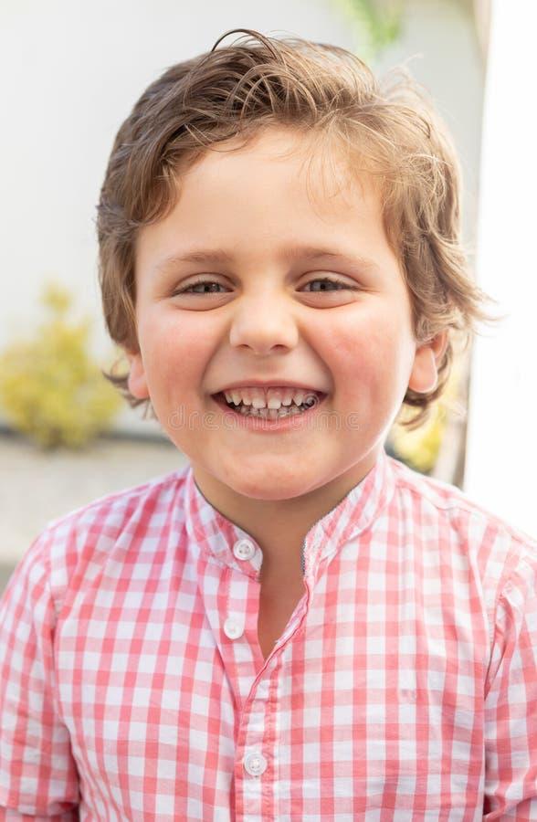 Lyckligt barn med den rosa skjortan i tr?dg?rden arkivbilder