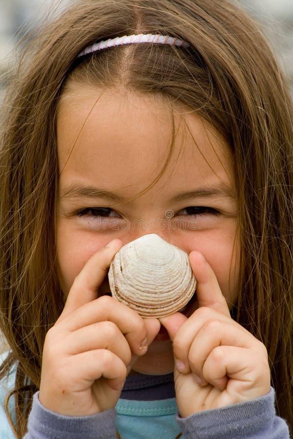 Lyckligt barn med ett snäckskal royaltyfria bilder