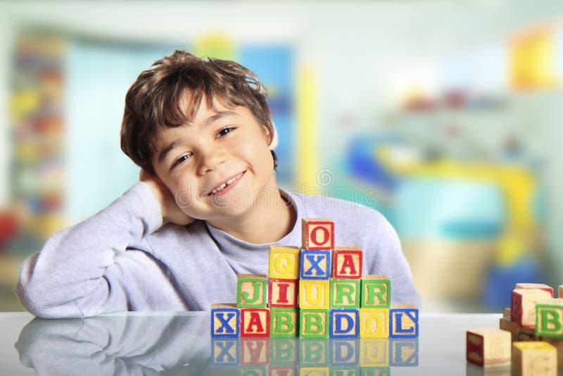Lyckligt barn med träkuber royaltyfri bild