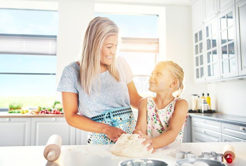 Lyckligt barn moder och dotterbakning royaltyfria bilder