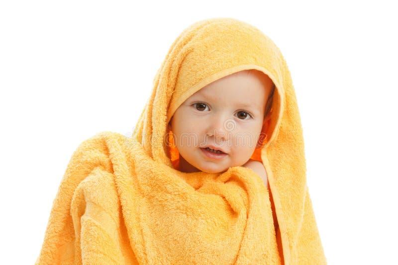 Lyckligt barn som bär den gula handduken royaltyfria foton