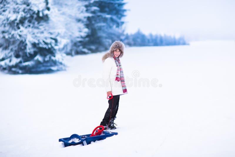 Lyckligt barn som spelar i snö arkivbilder