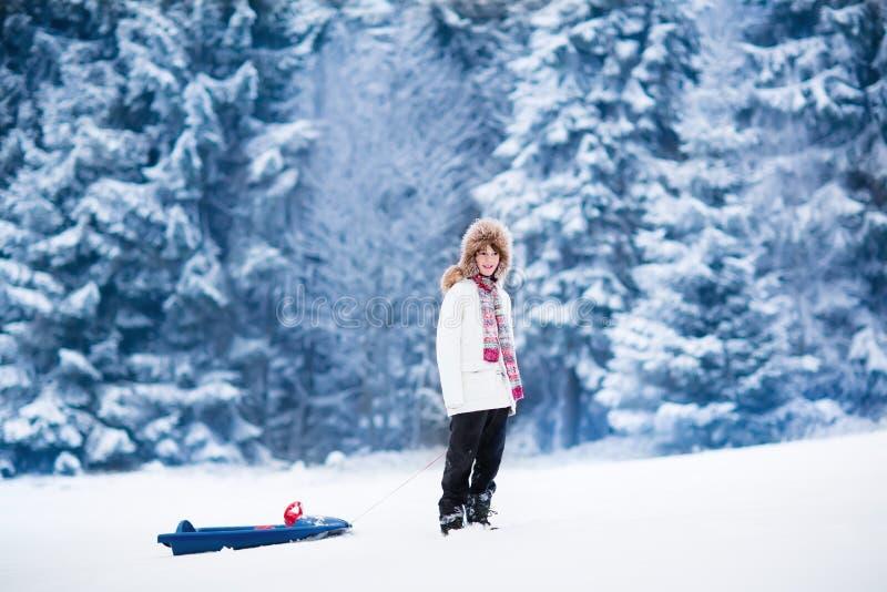 Lyckligt barn som spelar i snö royaltyfri bild