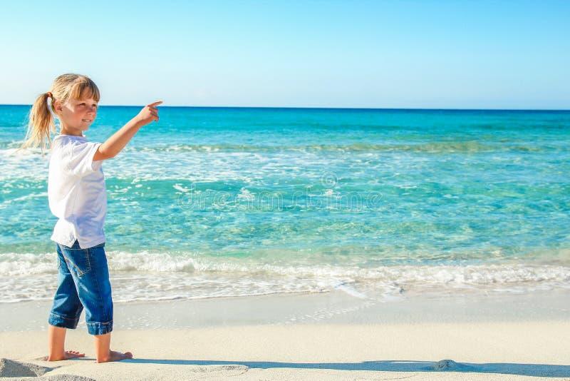 Lyckligt barn vid havet i den öppna luften royaltyfria bilder