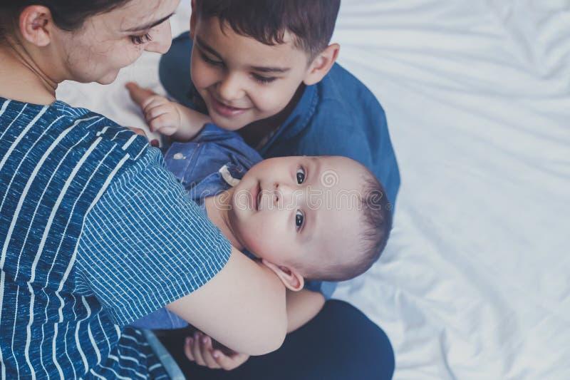 lyckligt barndombegrepp Lycklig broderst?ende 6 år och 6 månader gamla pojkar som har gyckel Två lilla ungar som ler ha bra royaltyfria foton