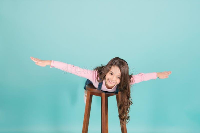 Lyckligt barnflyg på stol, fantasi royaltyfria foton