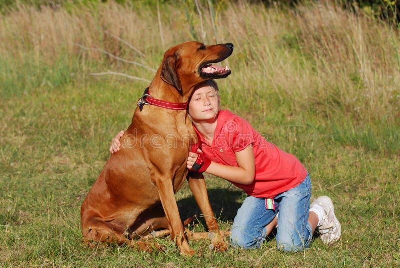 lyckligt barnhundkamratskap arkivfoto
