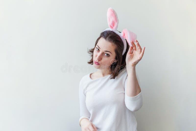 Lyckligt begrepp för vår för påskferieberöm Bärande kaninöron för ung kvinna på påskdag som isoleras på vit fotografering för bildbyråer