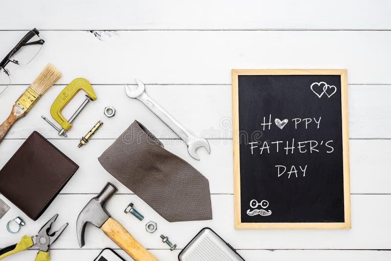 Lyckligt begrepp f?r dag f?r fader` s Plan lekmanna- bild av konstruktionshjälpmedel, försiktig mans tillbehör och svart tavla me fotografering för bildbyråer