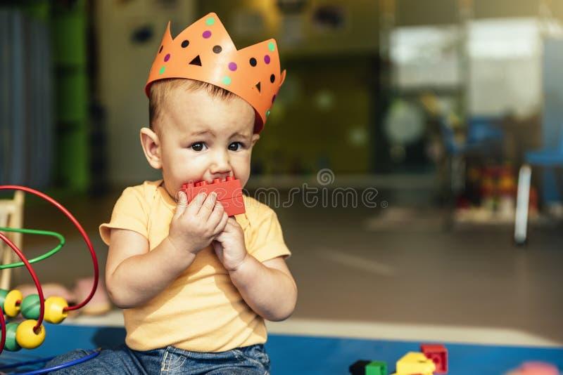 Lyckligt behandla som ett barn att spela med leksakkvarter arkivbild