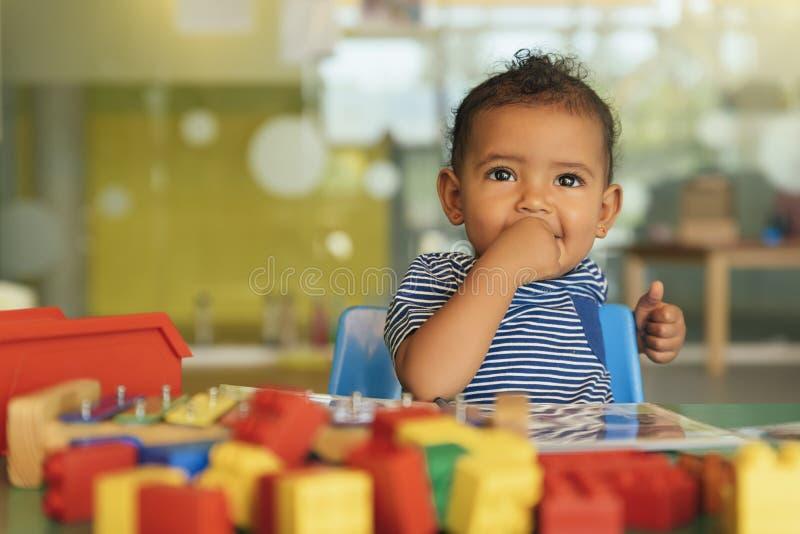 Lyckligt behandla som ett barn att spela med leksakkvarter royaltyfri bild